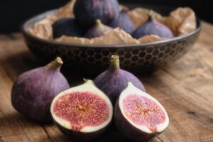 Image of figs on a rustic table
